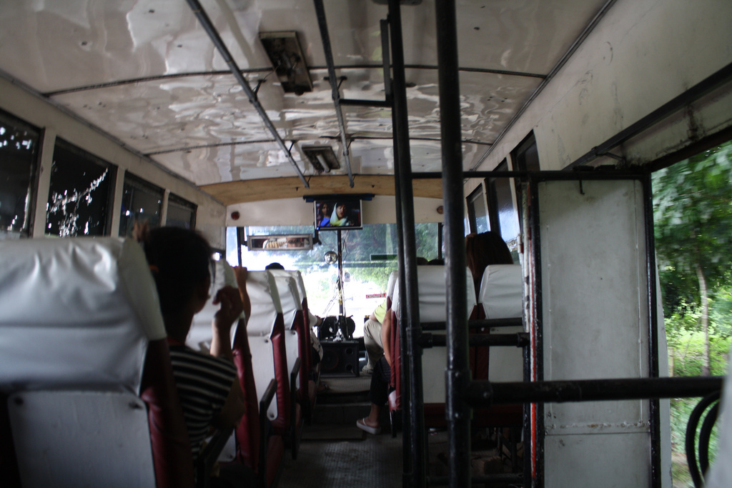フィリピン旅行でバス