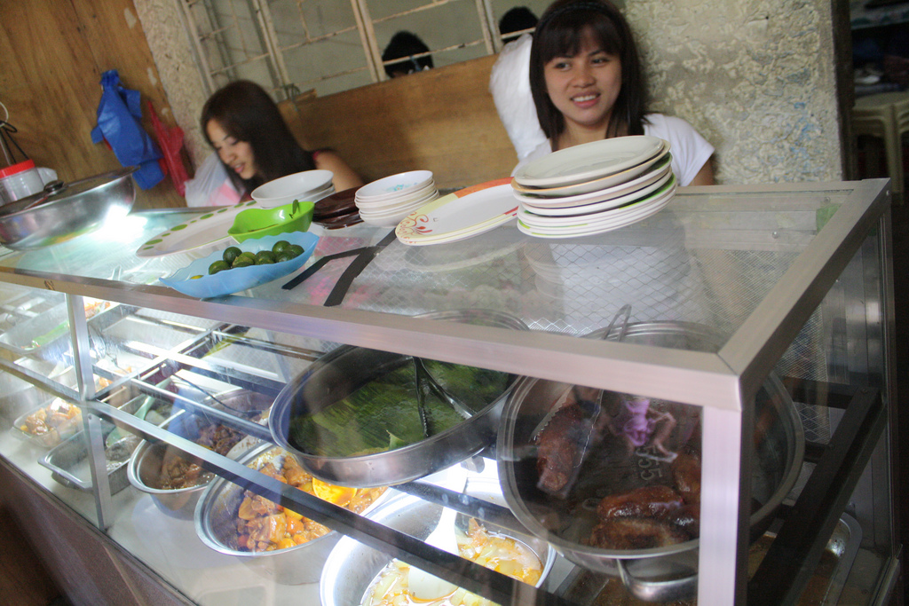 フィリピンのローカル食堂は料理がガラスケースに入ってる。